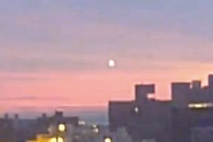Unidentified pulsating lights captured over New York on New Year's Eve